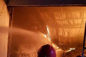 Hàng trăm cảnh sát xuyên đêm chữa cháy tại KCN Trà Nóc