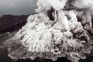 Núi lửa Anak Krakatoa có thể gây thảm họa mới ở Indonesia