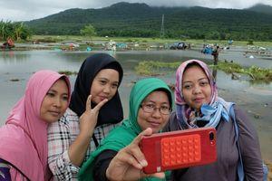 Lý do nhiều người Indonesia chụp hình 'selfie' ở nơi xảy ra thảm họa sóng thần