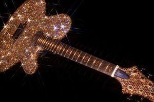 Đàn guitar mạ vàng của Lady Gaga
