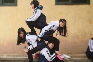 Giới trẻ Việt rộ trào lưu chụp ảnh xếp chồng lên nhau hài hước