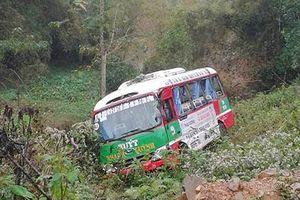 Xe buýt va rơi xuống vực, 20 hành khách may mắn thoát chết