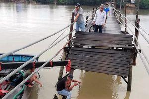 Bốn người đi xe máy rơi xuống sông khi cầu bất ngờ đổ sập