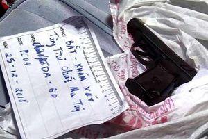 Bình Dương: Cảnh sát thu giữ súng, roi điện tại nhà đối tượng 'phân phối' ma túy