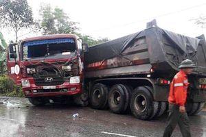 Xe buýt chở 20 người lao xuống vực bên đường sau khi tông xe tải