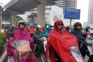 Khách đội mưa rét, đổ ra bến xe trước dịp nghỉ Tết Dương lịch