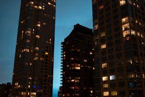 Bầu trời New York chuyển xanh do nổ máy biến áp, dân mạng thì lại nghĩ người ngoài hành tinh xâm lược