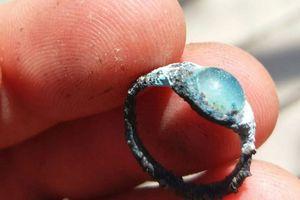 Đào đường lát đá trên núi, tình cờ nhặt được nhẫn quý 2000 năm tuổi