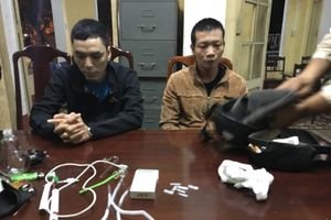 Hai đối tượng đang phóng xe tìm chỗ chích ma túy thì bị công an bắt