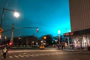 Nổ trạm biến áp 'nhuộm' xanh bầu trời New York như phim viễn tưởng