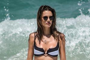 Alessandra Ambrosio thả dáng với bikini cùng bạn trai trên bãi biển