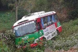 Nghệ An: Xe tải húc văng xe buýt xuống vực