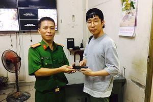 Hình sự truy đuổi như phim, đạp văng tên cướp điện thoại của du khách người Hàn Quốc