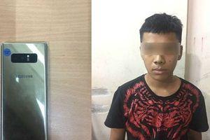 Trinh sát đặc nhiệm bắt tên cướp tuổi teen, trả lại tài sản cho du khách nước ngoài