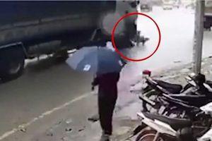 Clip: Xe tải vào cua cán tử vong hai mẹ con ở Yên Bái