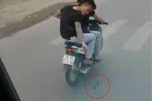 Clip: Cơ quan chức năng truy tìm 2 thanh niên lượn xe máy nghi rải đinh trước đầu xe tải