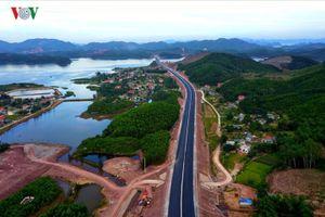 Cận cảnh cao tốc Hạ Long - Vân Đồn đẹp như tranh thủy mặc trước ngày thông xe