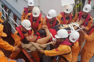 Vượt sóng cao 3,5m cứu 4 thuyền viên Philippines bị tai nạn trên biển