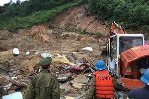 Xác định 3 người cùng gia đình bị vùi chết do sạt lở núi