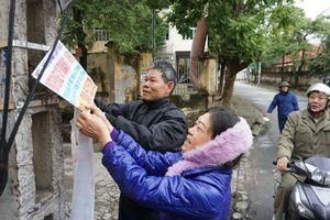 Hơn 1.500 người dân ra quân bóc, xóa tờ rơi mặc thời tiết giá rét