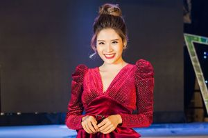 Hà Nội rét đậm, Phan Hoàng Thu vẫn diện đồ sexy đỏ rực tại sự kiện