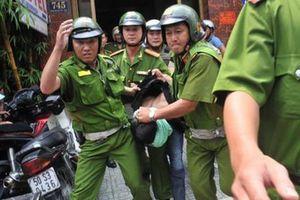 Thanh niên 9X đánh bảo vệ dân phố buộc cảnh sát nổ súng khống chế