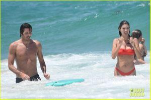 'Thiên thần' Alessandra Ambrosio phô dáng nóng bỏng với bikini đỏ rực