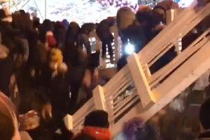 Khoảnh khắc cầu gỗ đổ sập trong lễ đón năm mới ở Nga