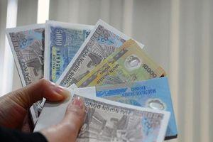 Nhộn nhịp đổi tiền lì xì năm mới, phí 'cắt cổ' 400%