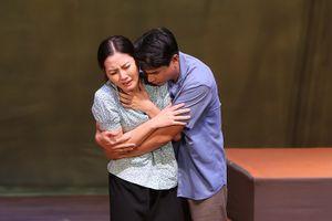'Nửa đời ngơ ngác' làm khán giả khóc nghẹn với suất diễn 150