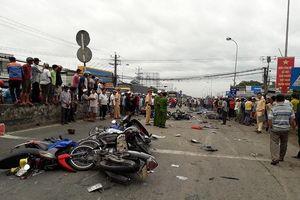 Xe container tông hàng chục xe dừng đèn đỏ, nhiều người chết
