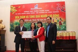 Bộ trưởng Trần Tuấn Anh thăm và trao quà Tết cho người lao động có hoàn cảnh khó khăn tại Tổng Công ty May 10