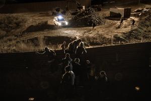 Đặc vụ Mỹ xịt hơi cay vào đám đông người di cư ở biên giới Mexico