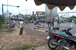 Long An: Xe container tông chết và bị thương rất nhiều người đang dừng đèn đỏ