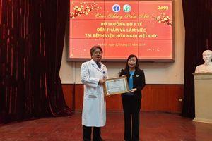 Bộ trưởng Bộ Y tế tặng kỷ niệm chương cho gia đình người hiến tặng 7 mô/tạng