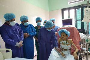 Bộ trưởng Bộ Y tế tặng kỷ niệm chương cho gia đình người hiến tạng 7 mô/tạng