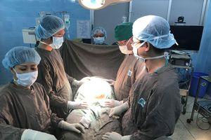 Mang khối u buồng trứng nặng 20kg, người phụ nữ 29 tuổi không thể đi lại