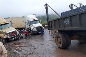 Xe container sa lầy trên đỉnh Phượng Hoàng, giao thông 2 chiều tê liệt hoàn toàn