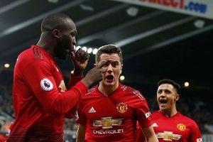 Man United lại thắng, Chelsea bị chia điểm đáng tiếc
