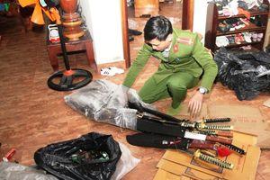 Phát hiện cửa hàng tạp hóa tổng hợp tàng trữ pháo lậu, vũ khí nóng
