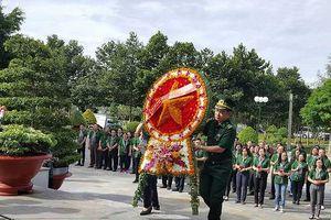 Đoàn đại biểu TP.HCM đến dâng hương tại Nghĩa trang Tân Biên