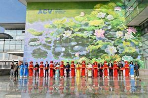 Khánh thành hai bức tranh hoa sen tại sân bay quốc tế Nội Bài
