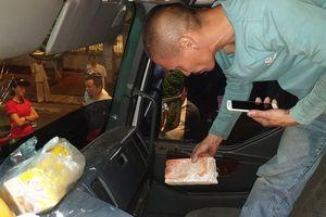CLIP: Tài xế xe tải và xe du lịch lao vào 'xử' nhau vì giành đường