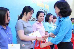 Bình Dương: Tặng quà Tết cho công nhân khó khăn