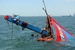 Tàu chìm, 10 ngư dân được cứu sống