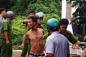 Tạm giữ người đàn ông trộm xe máy, ôm bình gas cố thủ