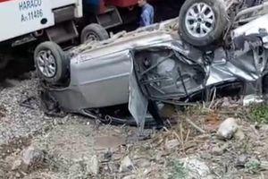 Thanh Hóa: Xe Innova 7 chỗ bị tàu hỏa đâm văng 20m, 3 người nhập viện cấp cứu