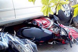 Lùi ôtô từ nhà ra đường, nữ tài xế cuốn 4 xe máy vào gầm