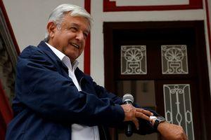Tổng thống Mexico vạch ví để chứng minh không ham vật chất