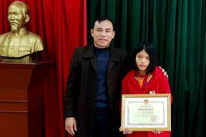 Bộ GD-ĐT trao bằng khen cho học sinh lớp 8 nhặt được của rơi trả lại
